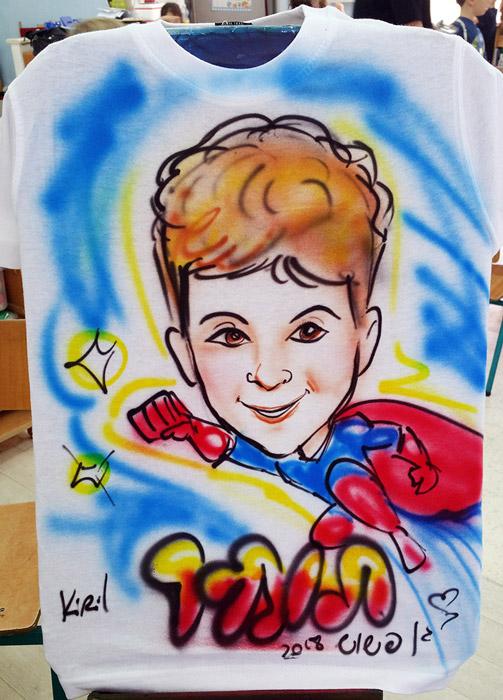 חולצה צבעונית עם קריקטורה אישית לילד